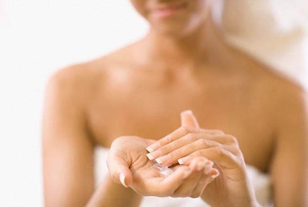 Gunakan pelembab/ body lotion