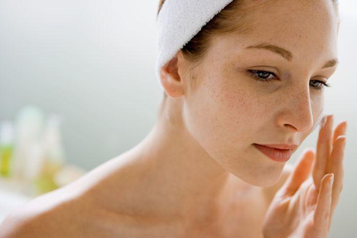 Membersihkan kotoran dan racun pada wajah