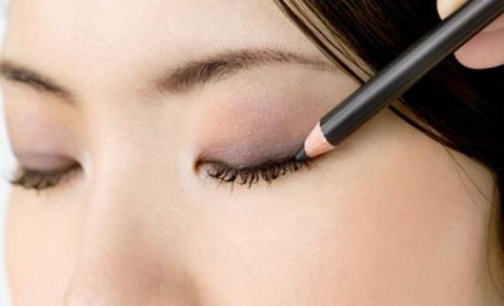 Eyeliner tipis via www.nocomments.gr
