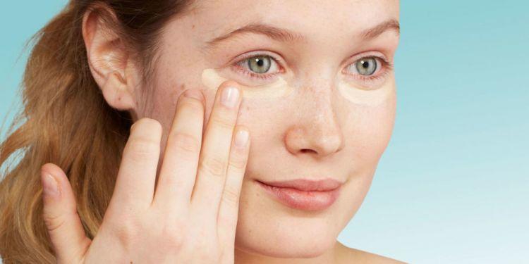 Pakai sedikit concealer untuk menutupi kekurangan pada wajah via www.redbookmag.com