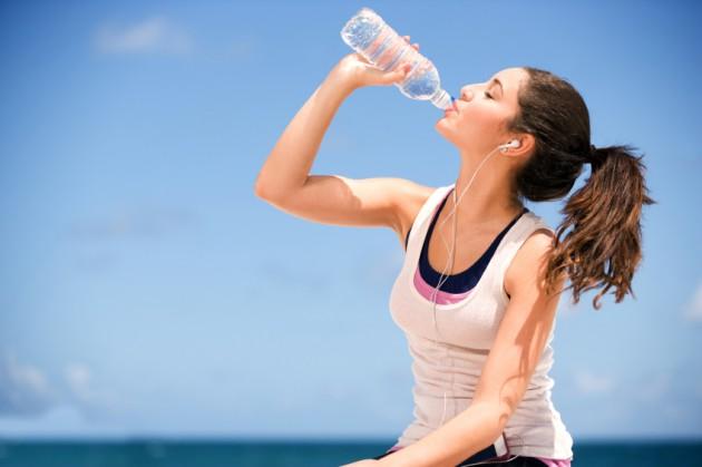 Minumlah air yang cukup agar pencernaanmu tetap sehat via wearandcheer.com