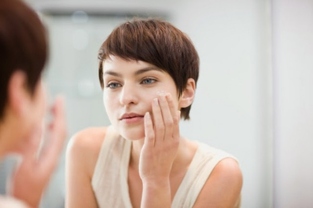 Pakai moisturizer pagi dan malam