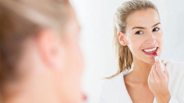 Memakai lipstick matte saat bibir kering