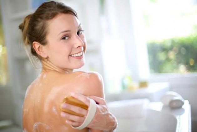 pakai sabun anti-bakteri untuk menghilangkan bekas jerawat via women.thaiza.com