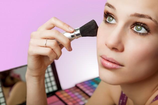 gunakan make up secukupnya saja via naturalwellnessforall.com