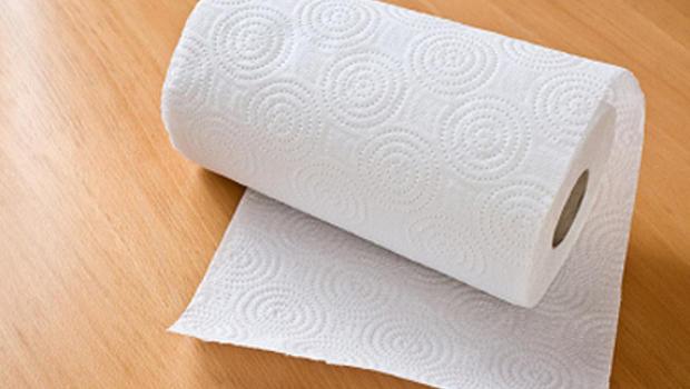 Paper towel menyerap minyak di wajah