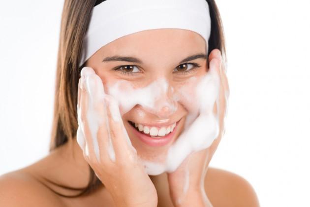 terlalu sering mencuci wajah bisa jadi penyebab jerawat via www.lypsso.com