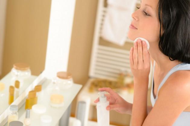 jangan lupa bersihkan sisa make up yang tertinggal via khoobsurati.com