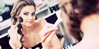6 Cara Menutupi Bekas Jerawat Hanya Berbekal Make up Ringan