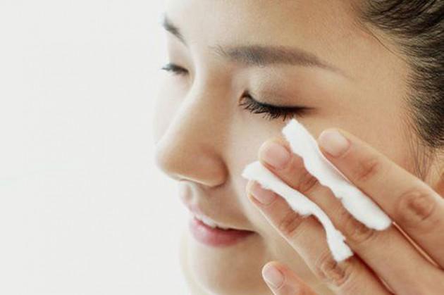 Membersihkan dengan make up remover