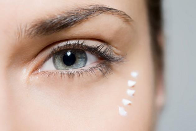 memakai eye cream