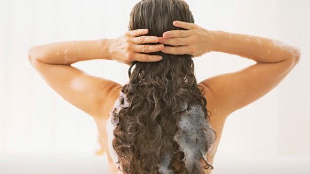 Pastikan membilas shampoo hingga bersih via www.naturallycurly.com
